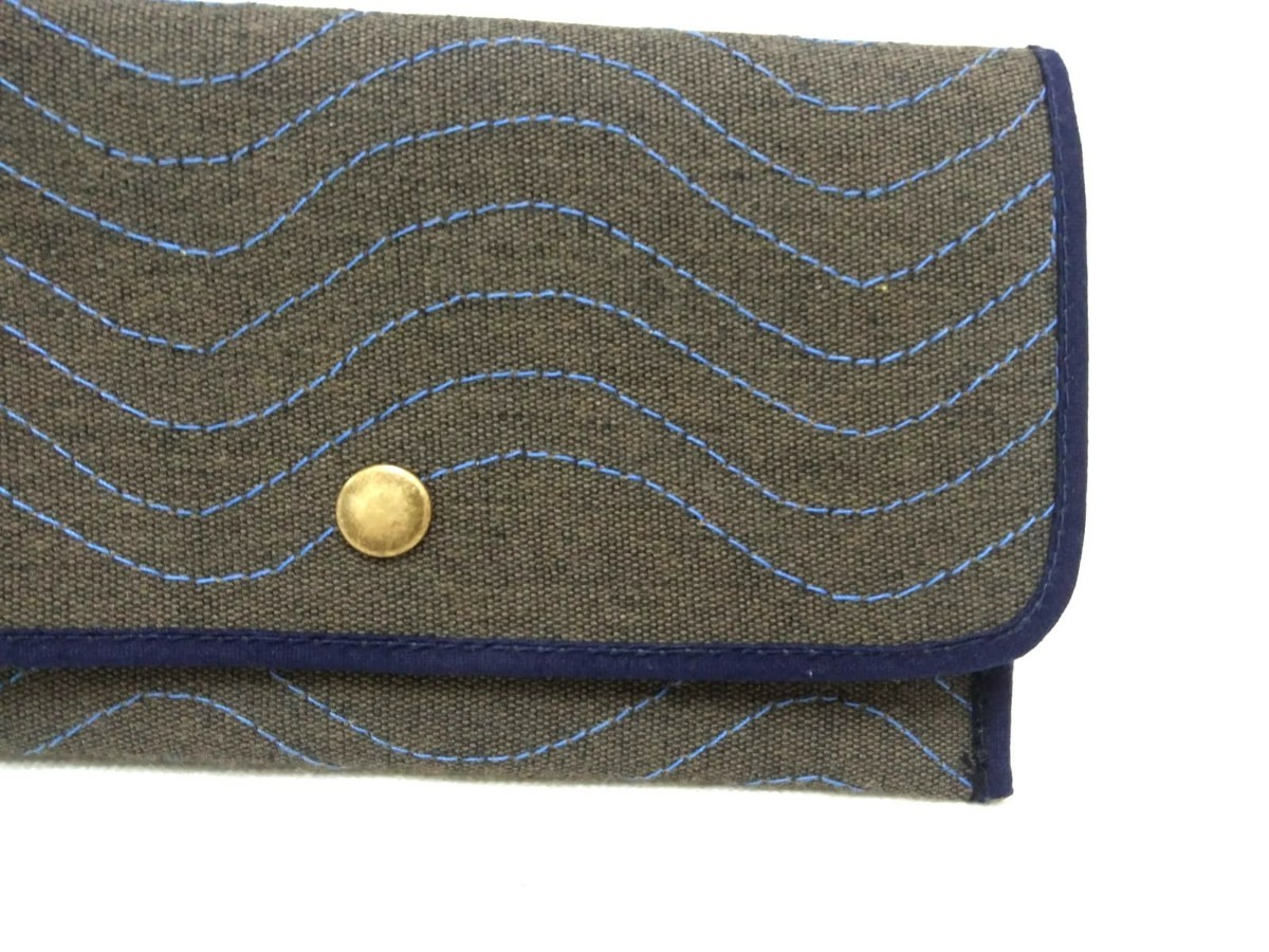 Cartera de color gris con un borde azul oscuro 2